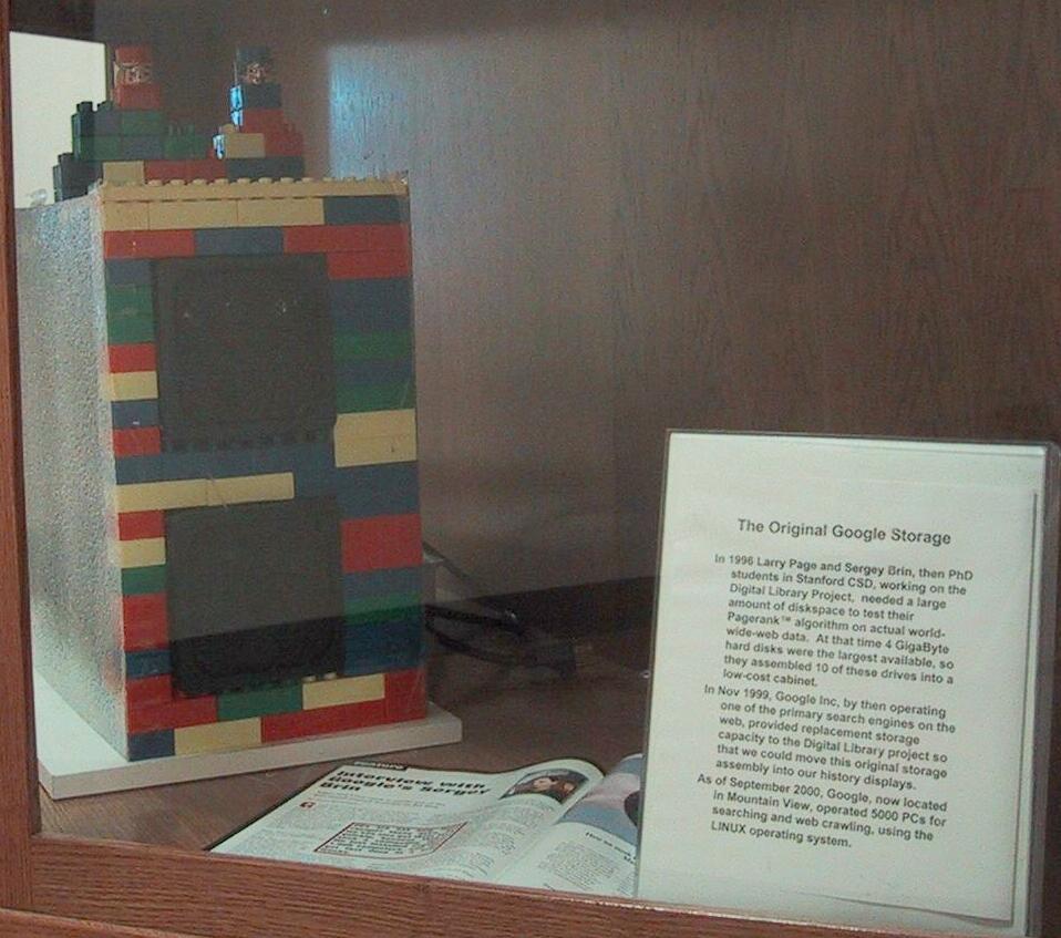 El primer servidor de Google (10x4GB) con una carcasa hecha de legos